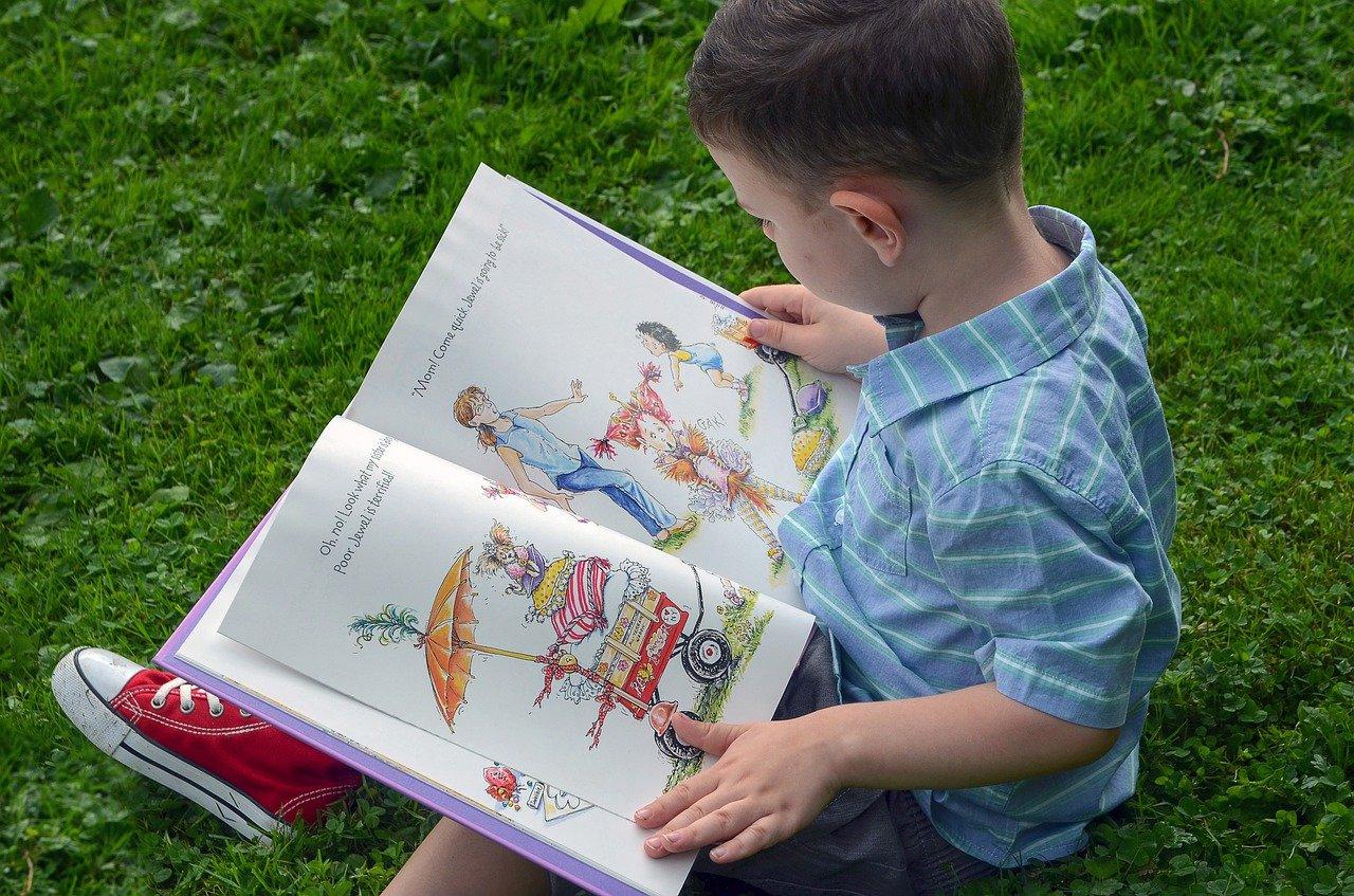 外で絵本を読む男の子