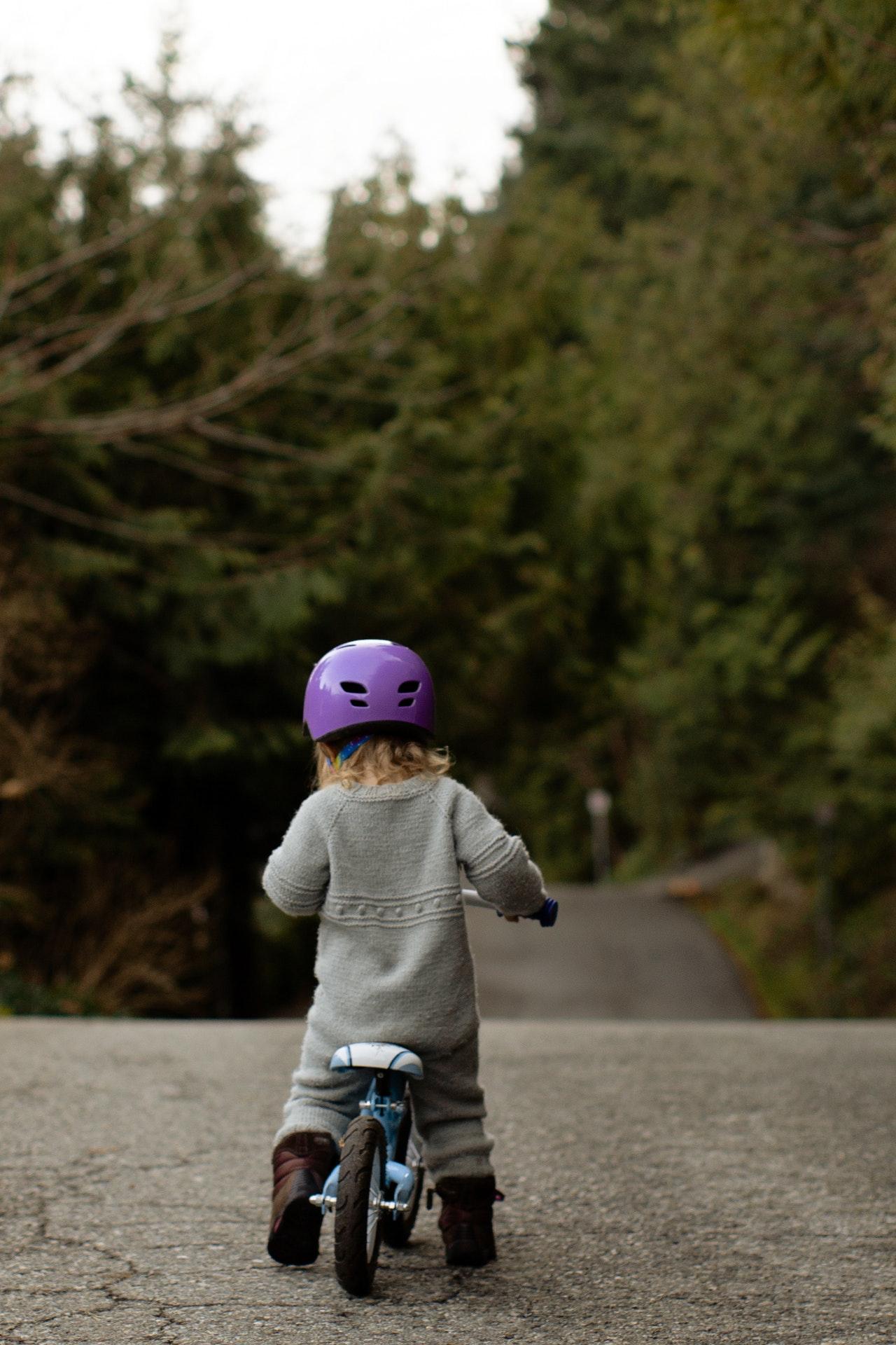 キックバイクに乗る女の子
