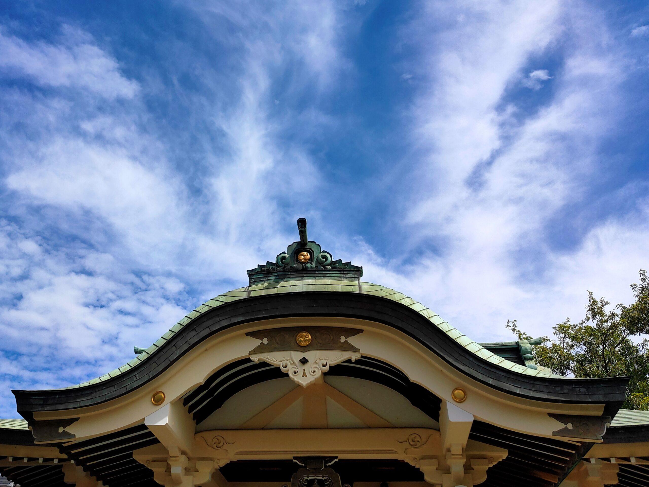 神社越しに滅入る青空