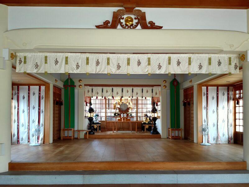 神社の拝殿の内観