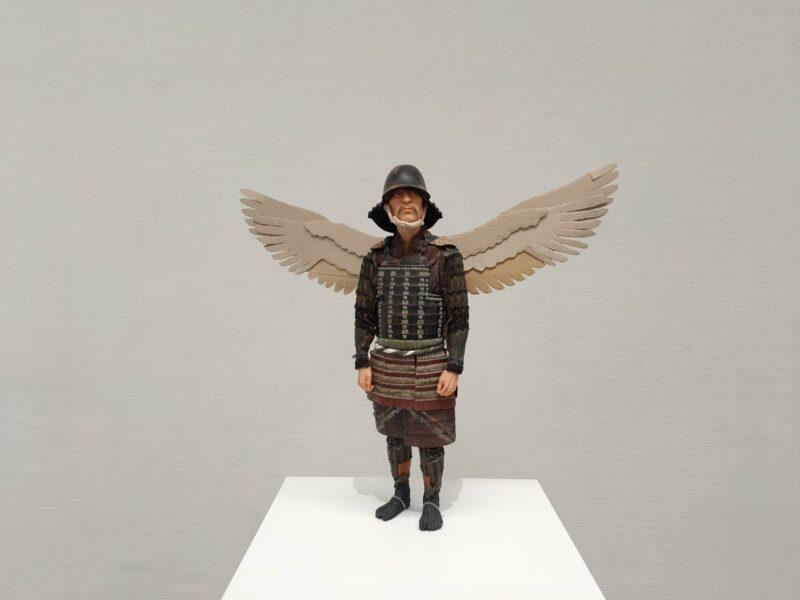 鎧を纏い段ボールでできた羽を背負う人のフィギュア