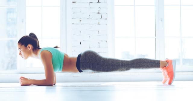 肘つきプランクをする女性の画像